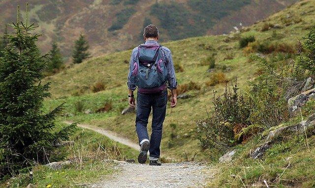 hombre caminando por un sendero
