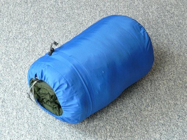 se dobla un saco de dormir