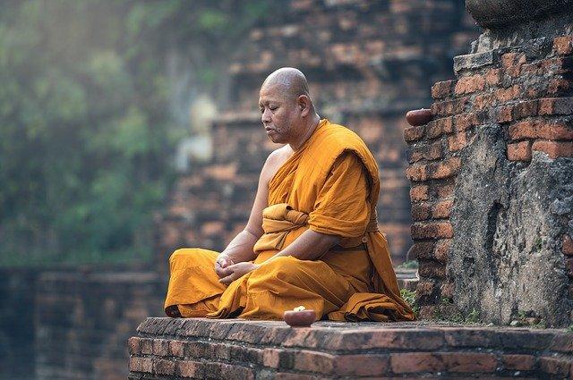 moine bouddhiste assis