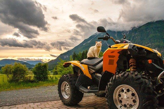 quad garé dans une montagne