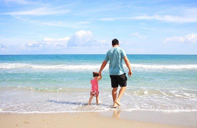 pere et fille sur une plage