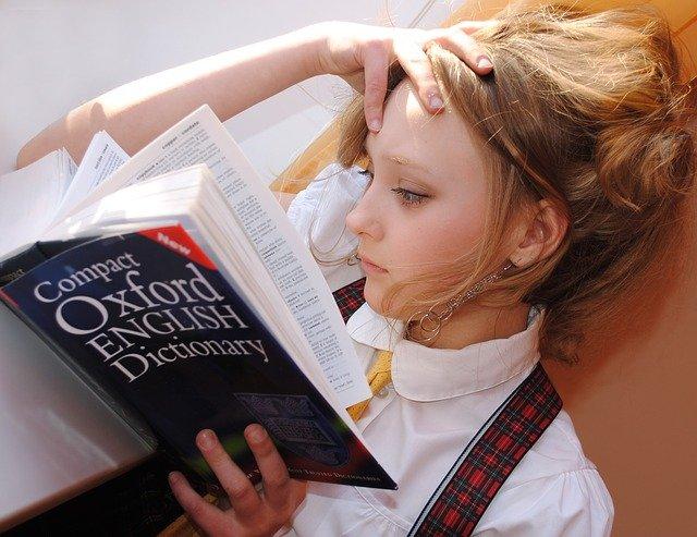 jeune femme devant un dico anglais