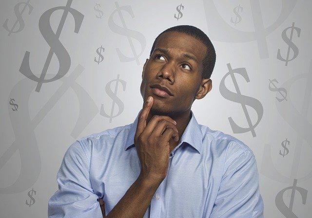 homme qui pense à son salaire