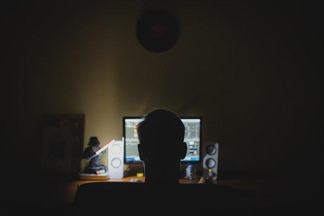 personne travaillant la nuit sur son ordinateur