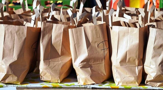 des sacs de course en papier