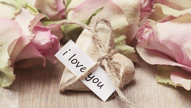 mot d'amour avec des roses
