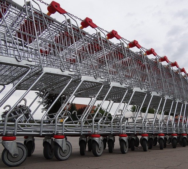 des caddies de supermarché en acier