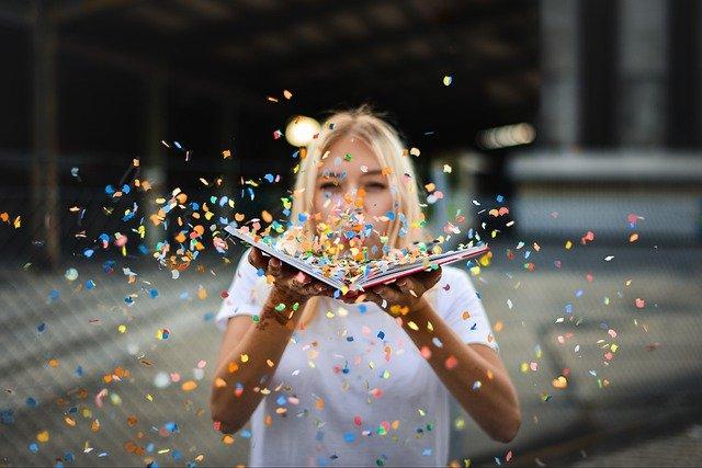 femme lançant des confettis